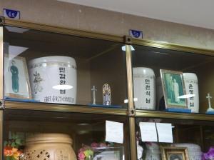閔甲完の骨壺(左上)と閔千植夫妻の骨壺(右上)